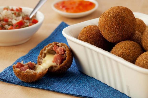 Aprenda a fazer bolinho de feijão fradinho com calabresa Camil/Divulgação
