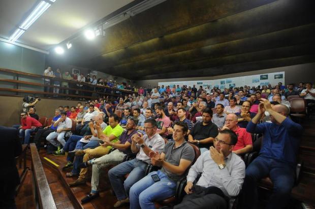 Motoristas da Uber e taxistas discutem na sessão da Câmara de Vereadores, em Caxias Felipe Nyland/Agencia RBS