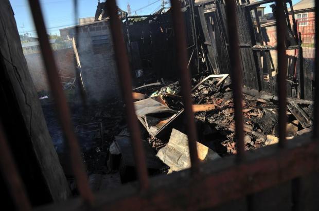 Duas casas são destruídas pelo fogo no bairro Pioneiro, em Caxias Diogo Sallaberry/Agencia RBS