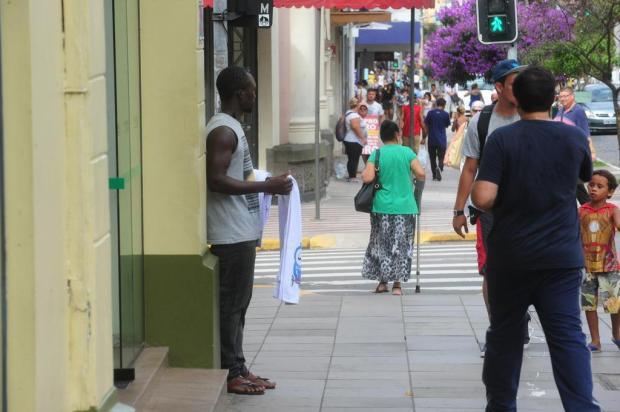 Senegaleses são autorizados a venderem produtos em seis pontos de Caxias Roni Rigon/Agencia RBS