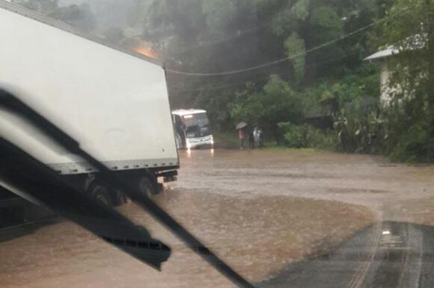Chuva causa pontos de alagamento na BR-116, em Caxias do Sul PRF / Divulgação/Divulgação
