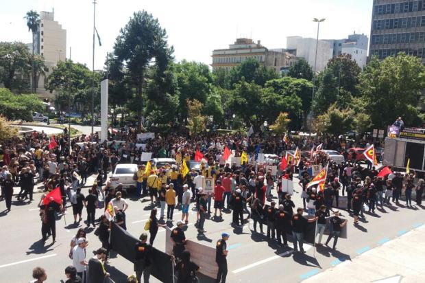 Protesto contra a Reforma da Previdência bloqueia a Rua Sinimbu, em Caxias Alana Fernandes / Agência RBS/Agência RBS