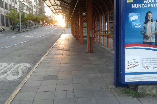 Com ônibus em greve, paradas ficam vazias na manhã desta segunda-feira, em Caxias Alana Fernandes / Agência RBS/Agência RBS