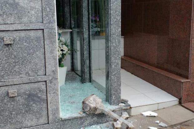 Vândalos atacam jazigos no Cemitério Municipal, em Caxias Gustavo Trintinaglia/divulgação