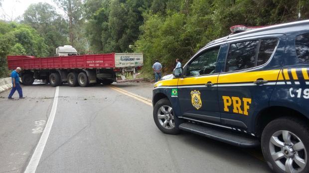 Acidente bloqueia Km 134 da BR-116, em Caxias do Sul  PRF / divulgação/divulgação
