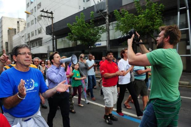 Houve uso da máquina pública na marcha em apoio ao prefeito de Caxias? Roni Rigon/Agencia RBS