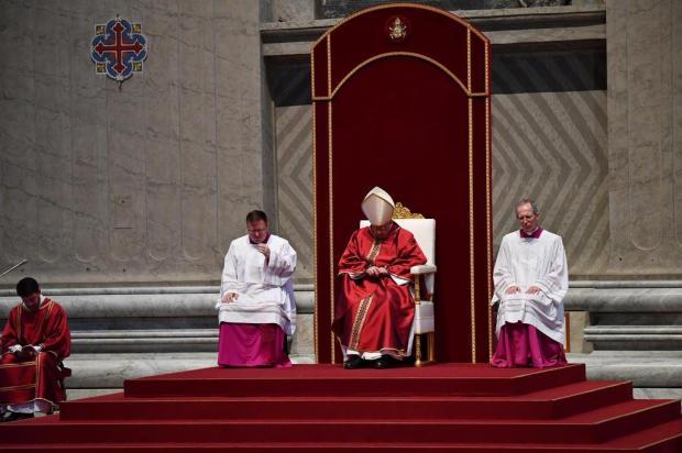 Frei Jaime Bettega participa de cerimônia presidida pelo Papa Alberto Pizzoli/AFP