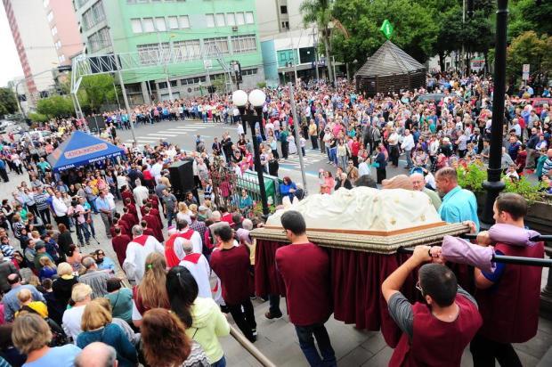 Procissão com a imagem de Cristo Morto leva milhares às ruas de Caxias Porthus Junior/Agencia RBS