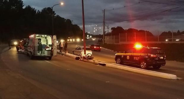 Motociclista colide contra poste na BR-116, no bairro Eldorado Polícia Rodoviária Federal  / Divulgação/Divulgação