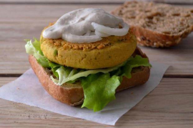 Faça hambúrguer de grão-de-bico e caril Sociedade Vegan/Divulgação