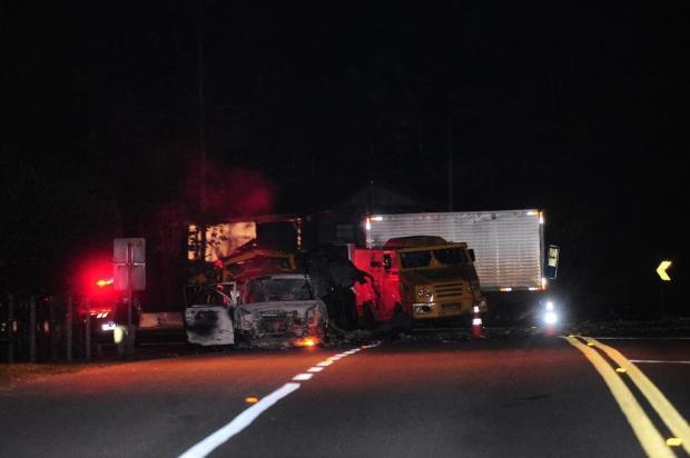 Ataque a carro-forte deixa dois feridos, BR-116 bloqueada e dinheiro espalhado no asfalto Porthus Junior/Agencia RBS