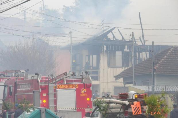 Incêndio atinge casa no bairro Panazzolo, em Caxias do Sul Roni Rigon/Agencia RBS