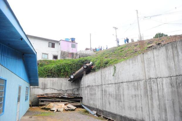 Mulher fica ferida após carro capotar em barranco em Caxias do Sul Porthus Junior/Agencia RBS