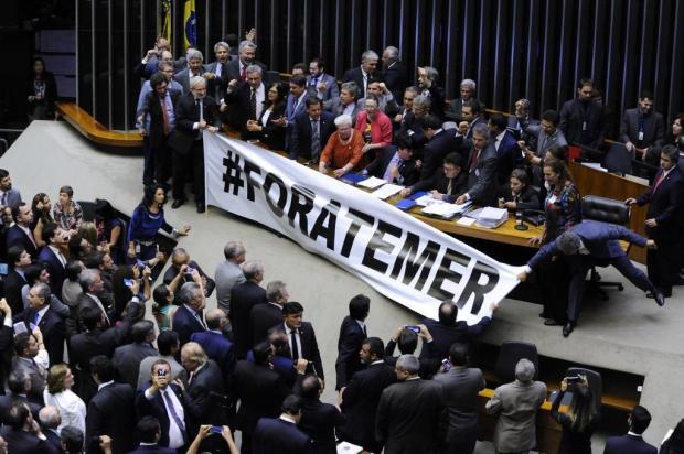 """Em Brasília, deputado Mauro Pereiraarranca faixa """"Fora, Temer"""" Luis Macedo/Câmara dos Deputados,Divulgação"""