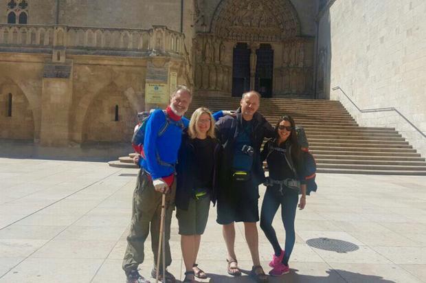 Um passo a mais: dupla de peregrinos deixa a cidade de Burgos Divulgação/