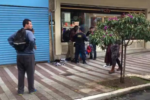Abordagem de guardas municipais a ambulante gera tumulto na área central de Caxias Suelen Mapelli/Reprodução