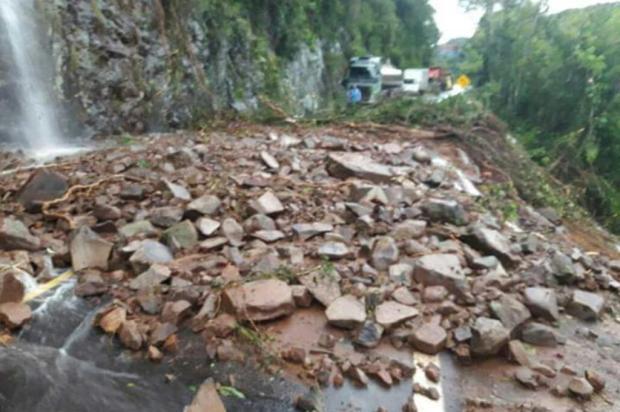Trecho bloqueado após queda de barreira na BR-470 deve ser liberado nesta sexta Divulgação/Polícia Rodoviária Federal