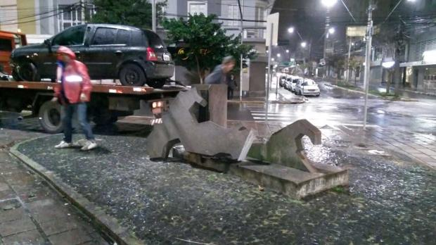 Monumento à Itália é danificado em acidente de trânsito em Caxias Rodrigo Lopes / divulgação/divulgação