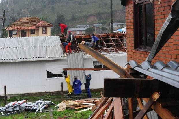 Mesmo com chuva forte, distrito de Caxias do Sul é reerguido com trabalho de servidores e voluntários Roni Rigon/Agencia RBS