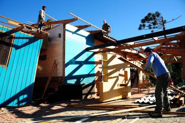 Solidariedade na reconstrução de casas danificadas pelo temporal que atingiu o distrito de Vila Oliva em Caxias do Sul Marcelo Casagrande/Agencia RBS