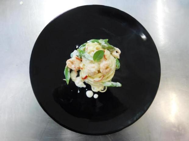 Prepare spaghetti ao molho de espumante com camarões e aspargos Débora Moura/Divulgação