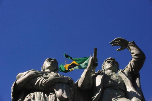 Obelisco do Monumento ao Imigrante, em Caxias do Sul, exibe Bandeira Nacional rasgada Roni Rigon/Agencia RBS