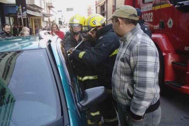 Vídeo que mostra criança trancada dentro de carro em Caxias chama atenção nas redes sociais Daniel Corrêa/Reprodução