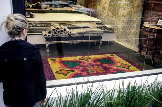 3por4: Tapete de serragem está exposto na Renda Decorações, em Caxias Wéllington Damin/Divulgação