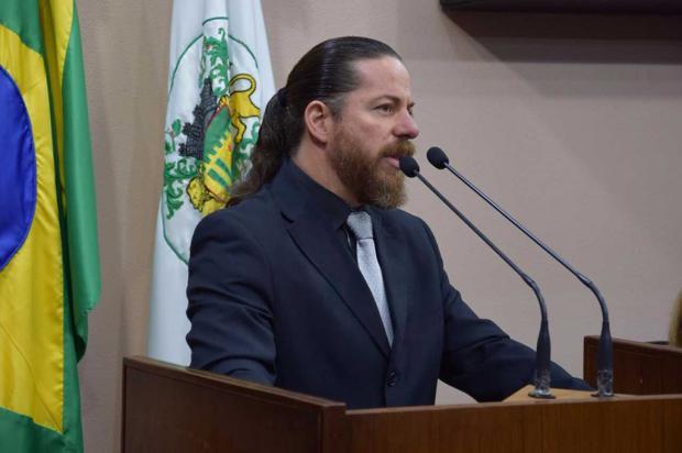 """""""Vocês estão lutando por quem?"""", questiona vereador Renato Nunes, na Câmara de Caxias  Vitória Bordin / Divulgação/Divulgação"""