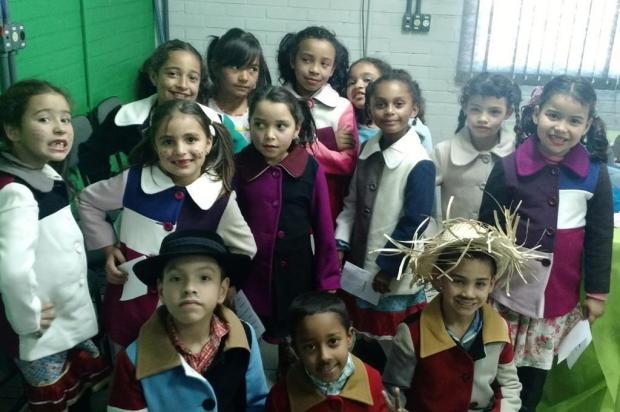 Usando sobras de tecido, empresa de Caxias presenteia crianças com casaquinhos de lã Daniele Daniel/Divulgação