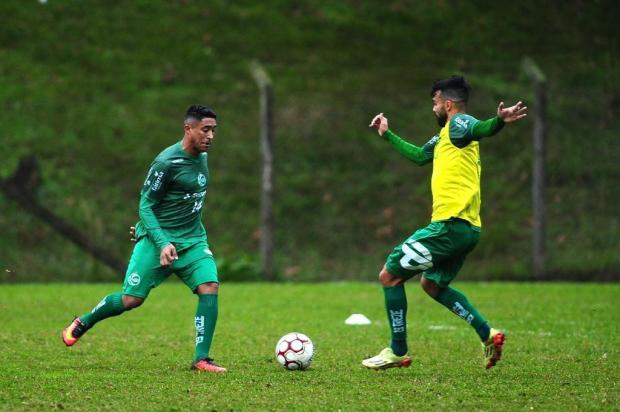 Leílson e Wallacer criam uma boa disputa por vaga no meio de campo do Juventude Diogo Sallaberry/Agencia RBS