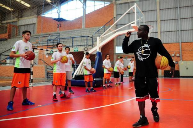 Técnico formador de atletas da NBA mostra estilo de jogo americano para jovens caxienses Marcelo Casagrande/Agencia RBS