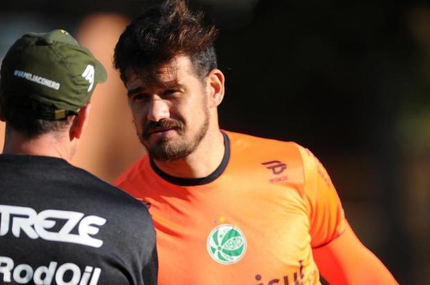 Mesmo com dores no ombro, goleiro Matheus treina e quer atuar no jogo entre Juventude e Ceará Felipe Nyland/Agencia RBS