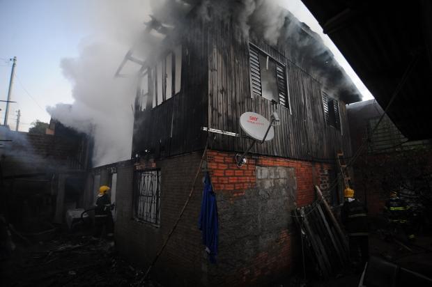 Incêndio destrói moradia no bairro Mariani em Caxias do Sul Felipe Nyland / Agência RBS/Agência RBS