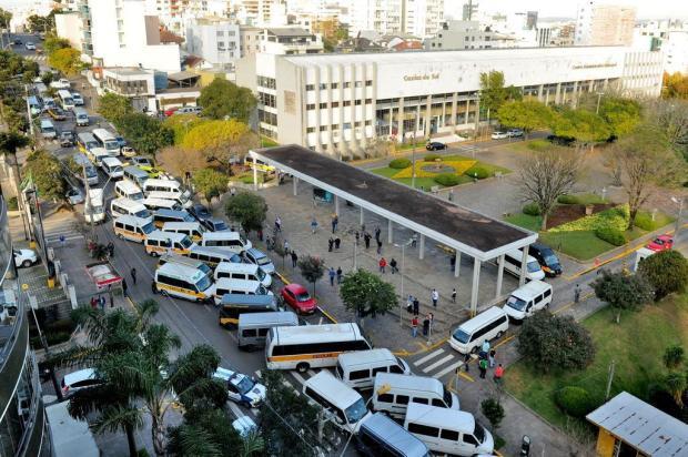 Motoristas e proprietários de vans protestam por mais segurança em frente à prefeitura de Caxias do Sul Diogo Sallaberry/Agencia RBS
