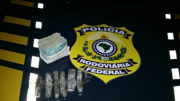 Motorista é detido com maconha e R$ 18 mil na BR-116, em Vacaria PRF / divulgação/divulgação