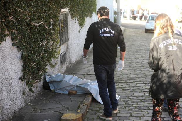 Peritos ainda tentam identificar homem assassinado no bairro Jardelino Ramos, em Caxias do Sul Diogo Sallaberry/Agencia RBS