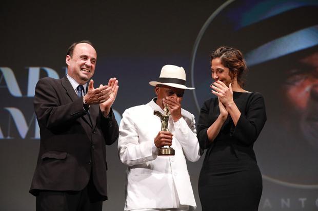 Aplaudido de pé, Antonio Pitanga recebe Troféu Cidade de Gramado Felipe Nyland / Agência RBS/Agência RBS