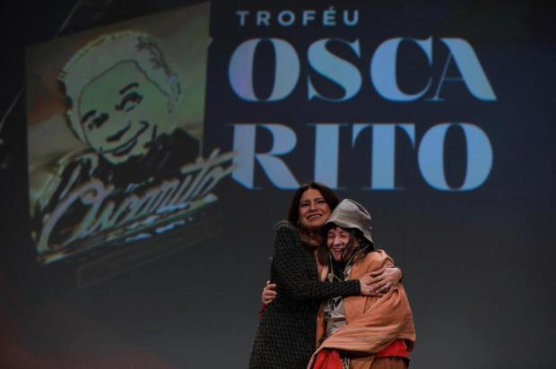 3por4:Araci Esteves sobe ao palco durante premiação de Dira Paes Edison Vara/Pressphoto