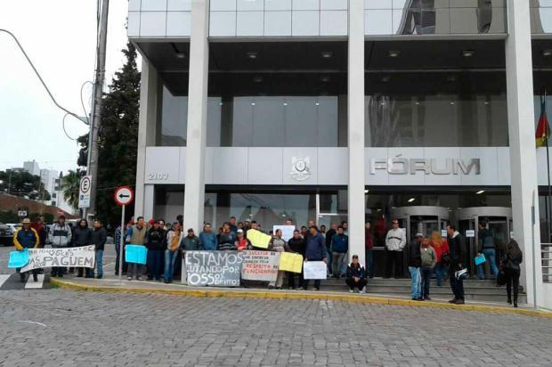 Funcionários da Guerra protestam em frente ao Fórum, em Caxias Márcio Goulart / Divulgação/Divulgação