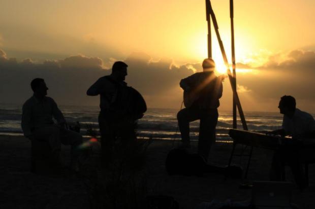 3por4: Banda Yangos produz clipe na praia de Curumim Natalia Biazus/Divulgação
