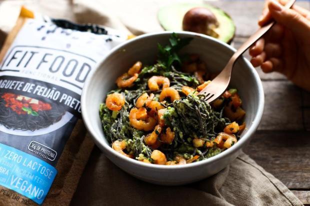Prove spaghetti de feijão preto com molho de guacamole e camarões Fit Food/Divulgação