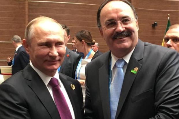 Em viagem à China, deputado Mauro Pereira posa ao lado do presidente da Rússia Arquivo pessoal/Divulgação