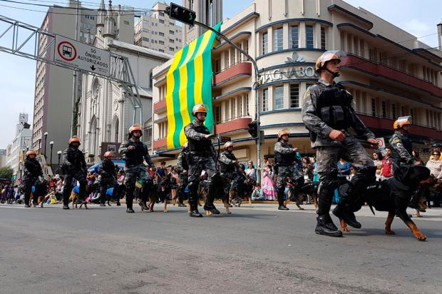 Desfile de 7 de Setembro leva cerca de 12 mil pessoas à Rua Sinimbu, em Caxias Camila Freitas / Agência RBS/Agência RBS