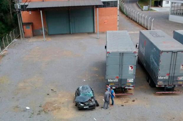 Carro cai em pátio de empresa e motorista tem ferimentos leves em Caxias PRF / Divulgação/Divulgação