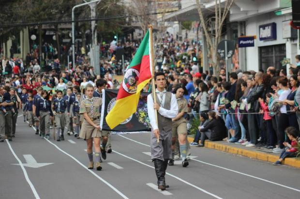 Desfile cívico retorna à praça Via del Vino em Bento e 12 mil assistem Kévin Sganzerla/Divulgação