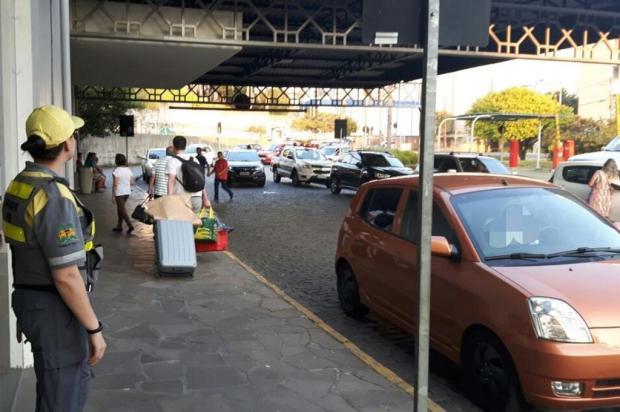 Operação para coibir conflitos entre Uber e taxistas multa 15 veículos na rodoviária de Caxias SMTTM/Divulgação