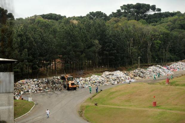 Lixo de 15 dias de coleta se acumula a céu aberto no bairro Cidade Nova em Caxias Diogo Sallaberry/Agencia RBS