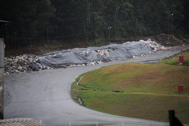 Lixo acumulado a céu aberto em Caxias deve ser recolhido até segunda-feira Diogo Sallaberry/Agencia RBS