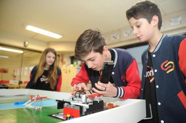 Robôs criados e manipulados por crianças e adolescentes são atração em competição em Caxias Diogo Sallaberry/Agencia RBS